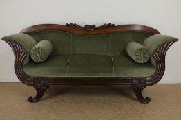 Mahonie Empire bank met groen velourse bekleding, 19e eeuw, h. 100, br. 213, d. 65 cm.