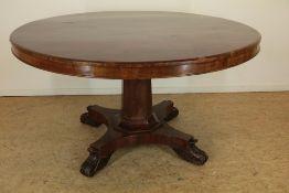 Mahonie tafel rustend op kolompoot uitlopend in 4-sprant, h. 73, diam. 132 cm. (fineer op blad