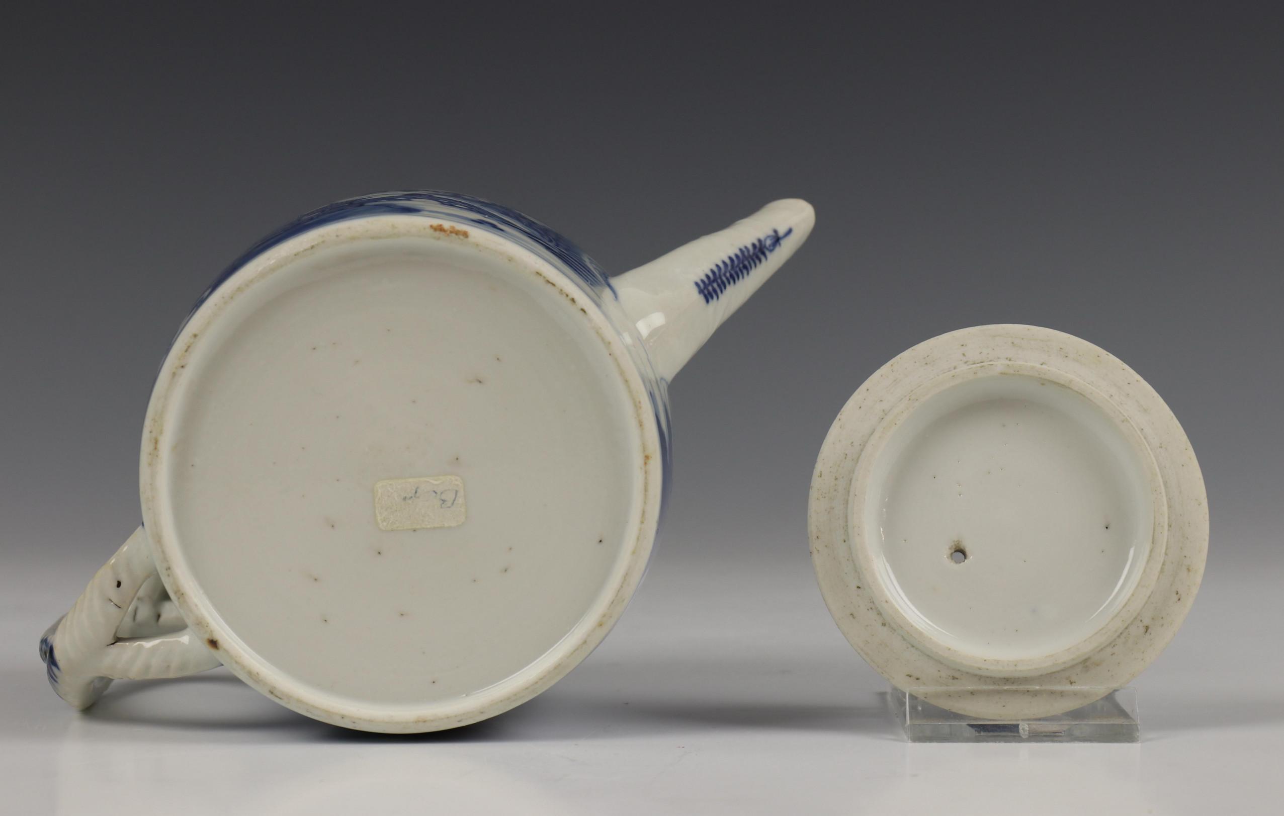 China, blauw-wit porseleinen trekpot, Imari trekpotje en melkkan, 18e eeuw, - Image 10 of 21