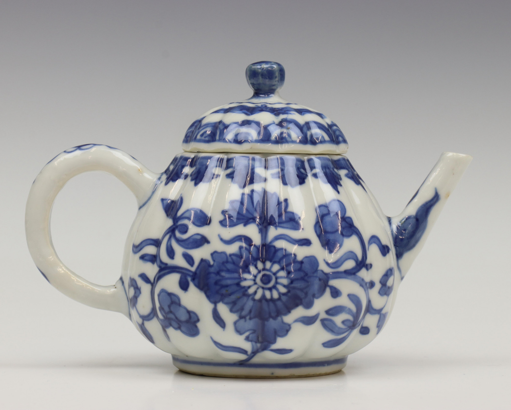 China, blauw-wit porseleinen gelobd trekpotje, Kangxi,