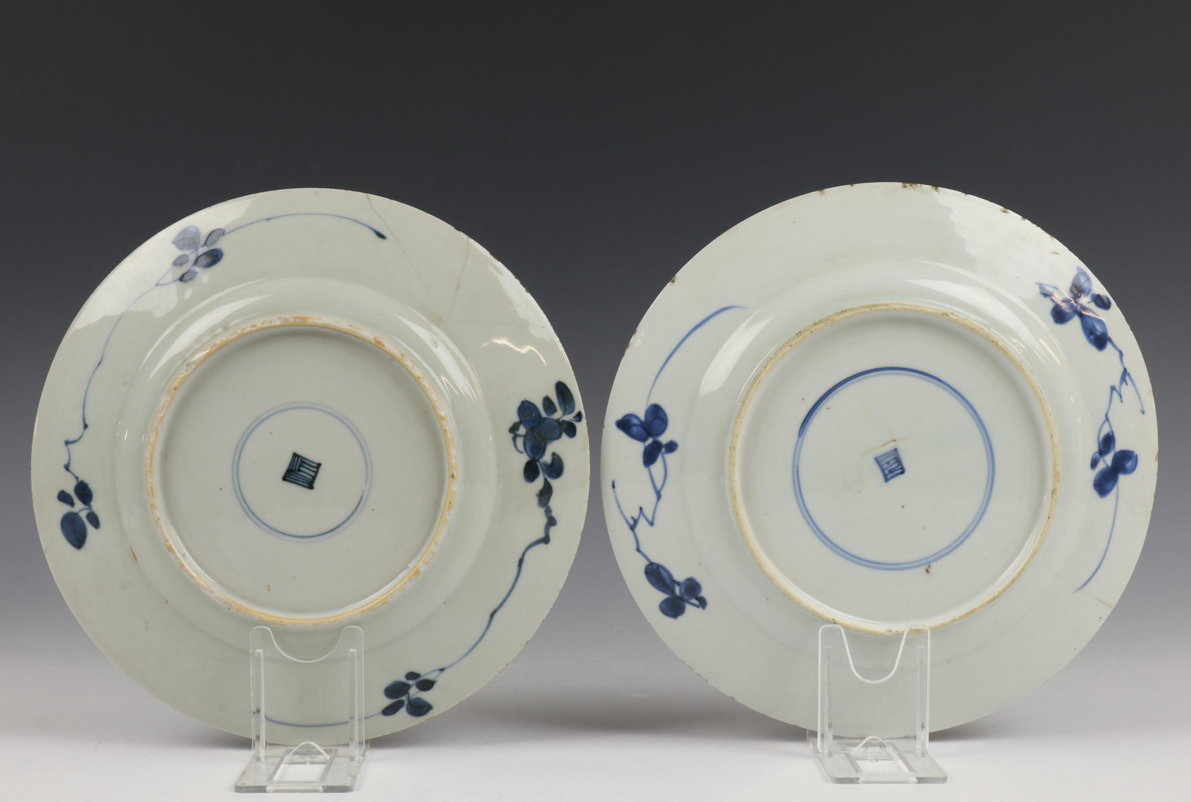 China, serie van acht blauw-wit porseleinen borden, Kangxi, - Image 6 of 9