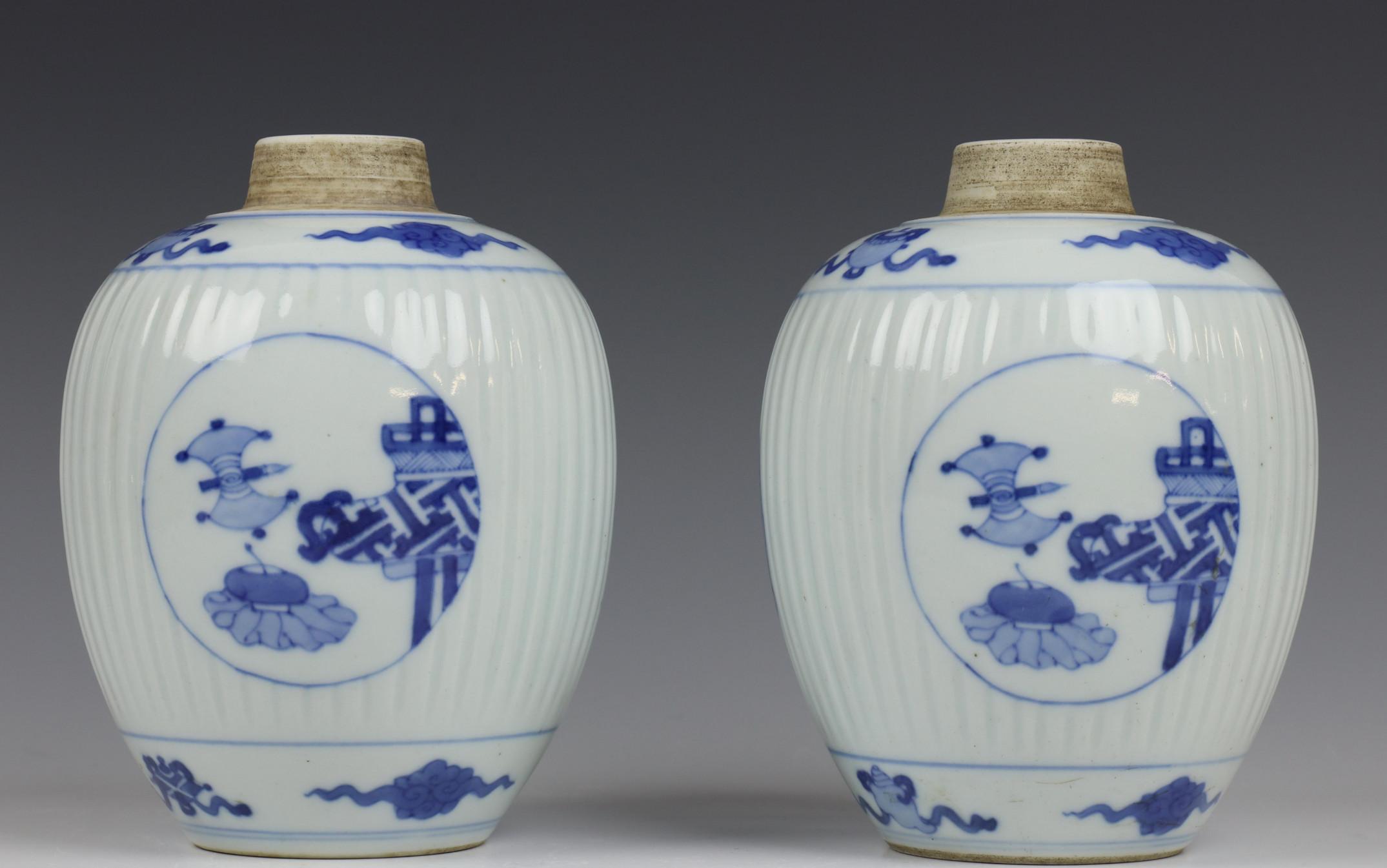 China, paar blauw-wit porseleinen gemberpotten in Kangxi stijl, - Image 3 of 5