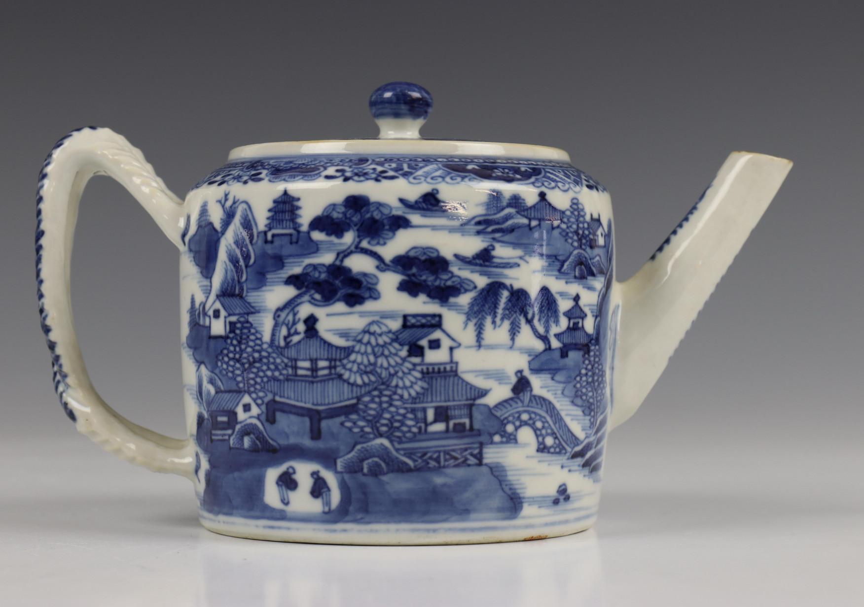 China, blauw-wit porseleinen trekpot, Imari trekpotje en melkkan, 18e eeuw, - Image 18 of 21