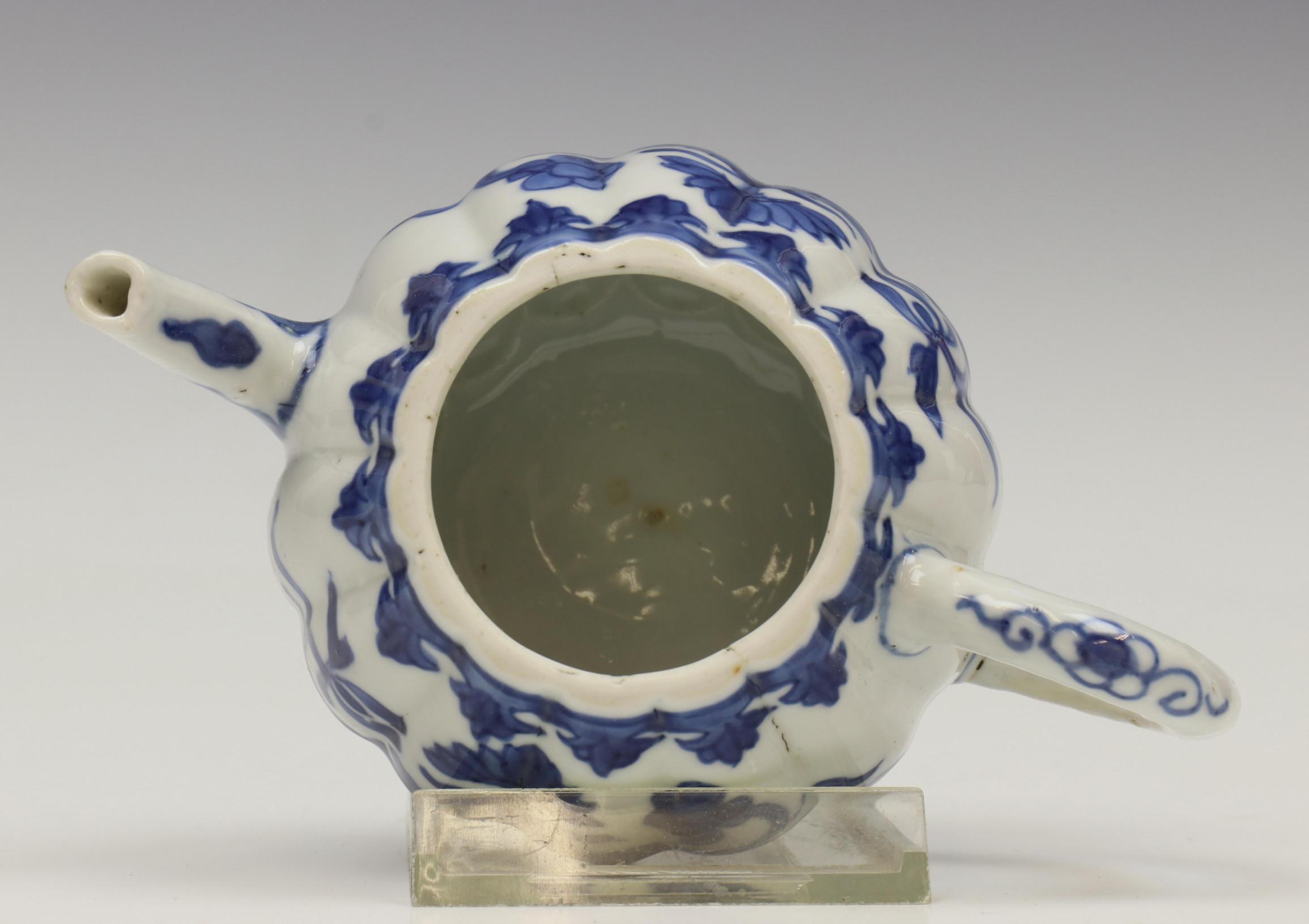 China, blauw-wit porseleinen gelobd trekpotje, Kangxi, - Image 4 of 6