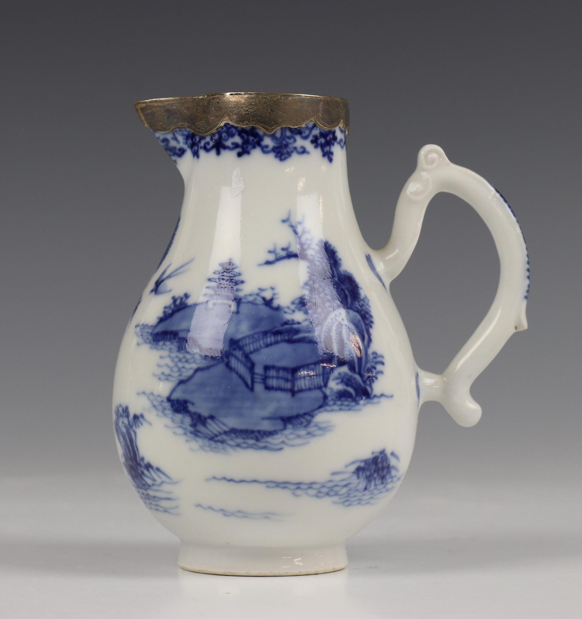 China, blauw-wit porseleinen trekpot, Imari trekpotje en melkkan, 18e eeuw, - Image 4 of 21