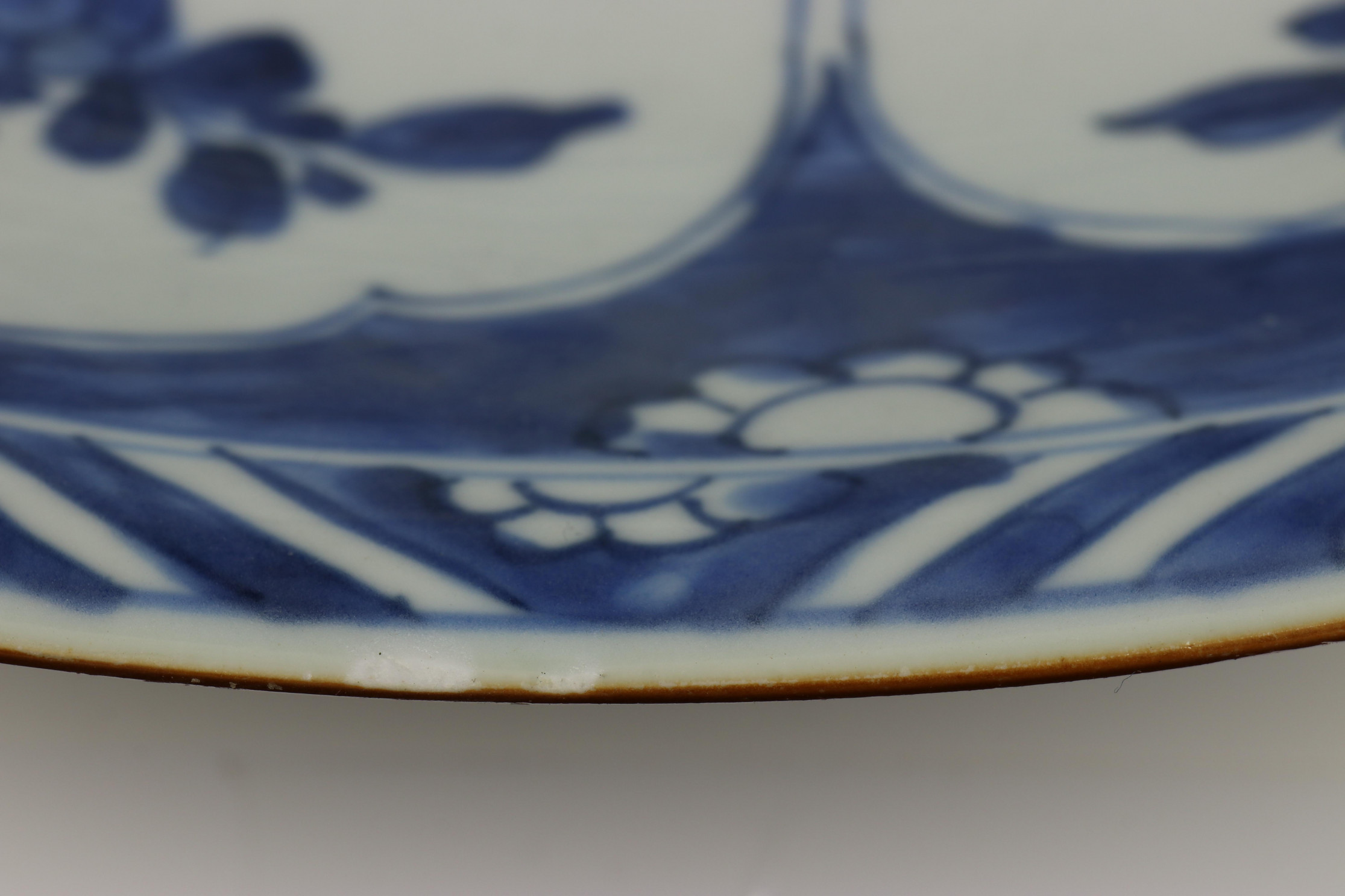 China, blauw-wit porseleinen schotel, laat Kangxi, - Image 7 of 7