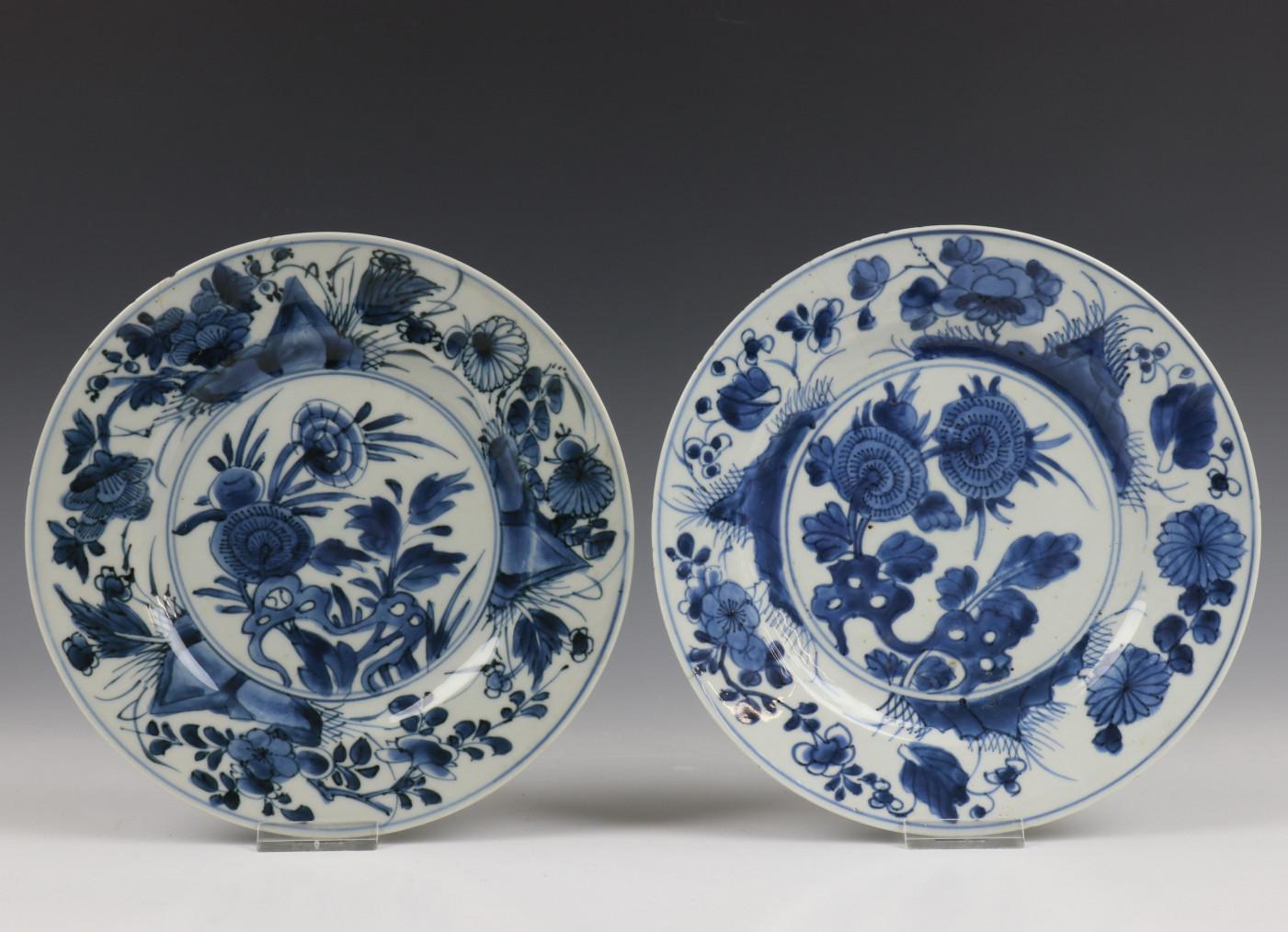 China, serie van acht blauw-wit porseleinen borden, Kangxi, - Image 8 of 9
