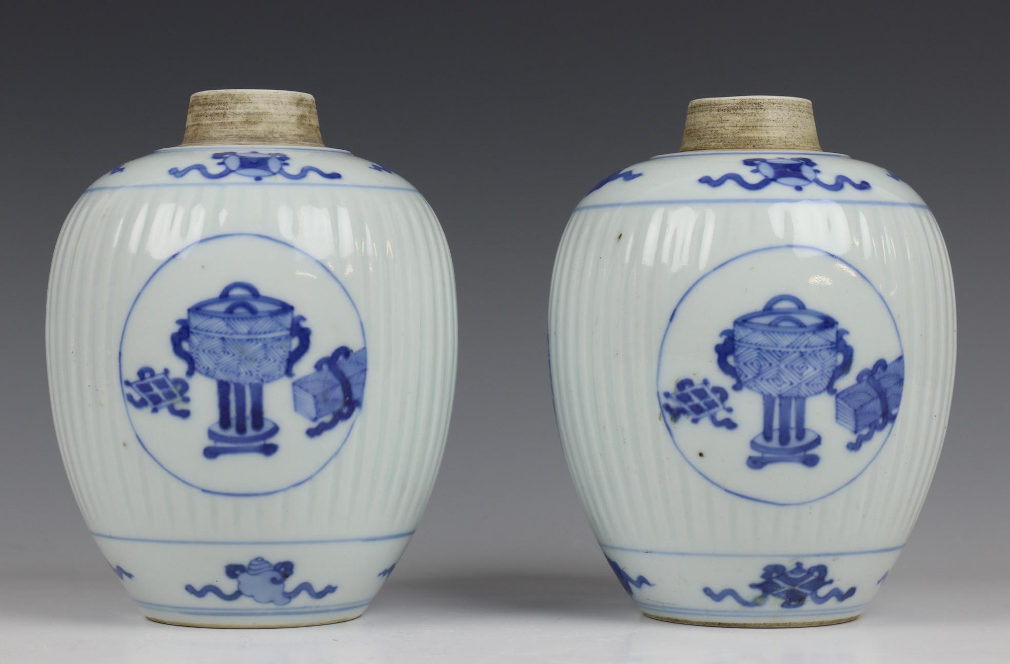 China, paar blauw-wit porseleinen gemberpotten in Kangxi stijl, - Image 2 of 5