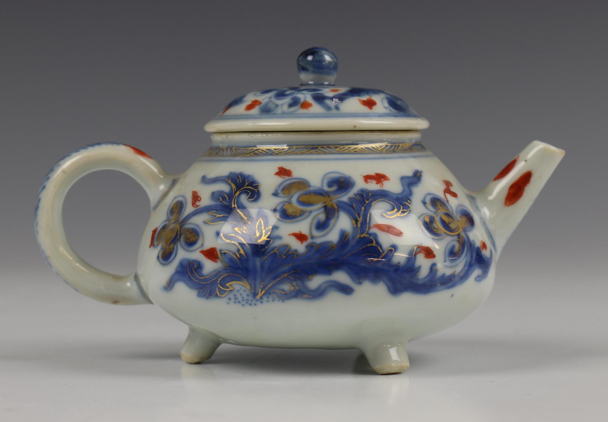 China, blauw-wit porseleinen trekpot, Imari trekpotje en melkkan, 18e eeuw, - Image 14 of 21