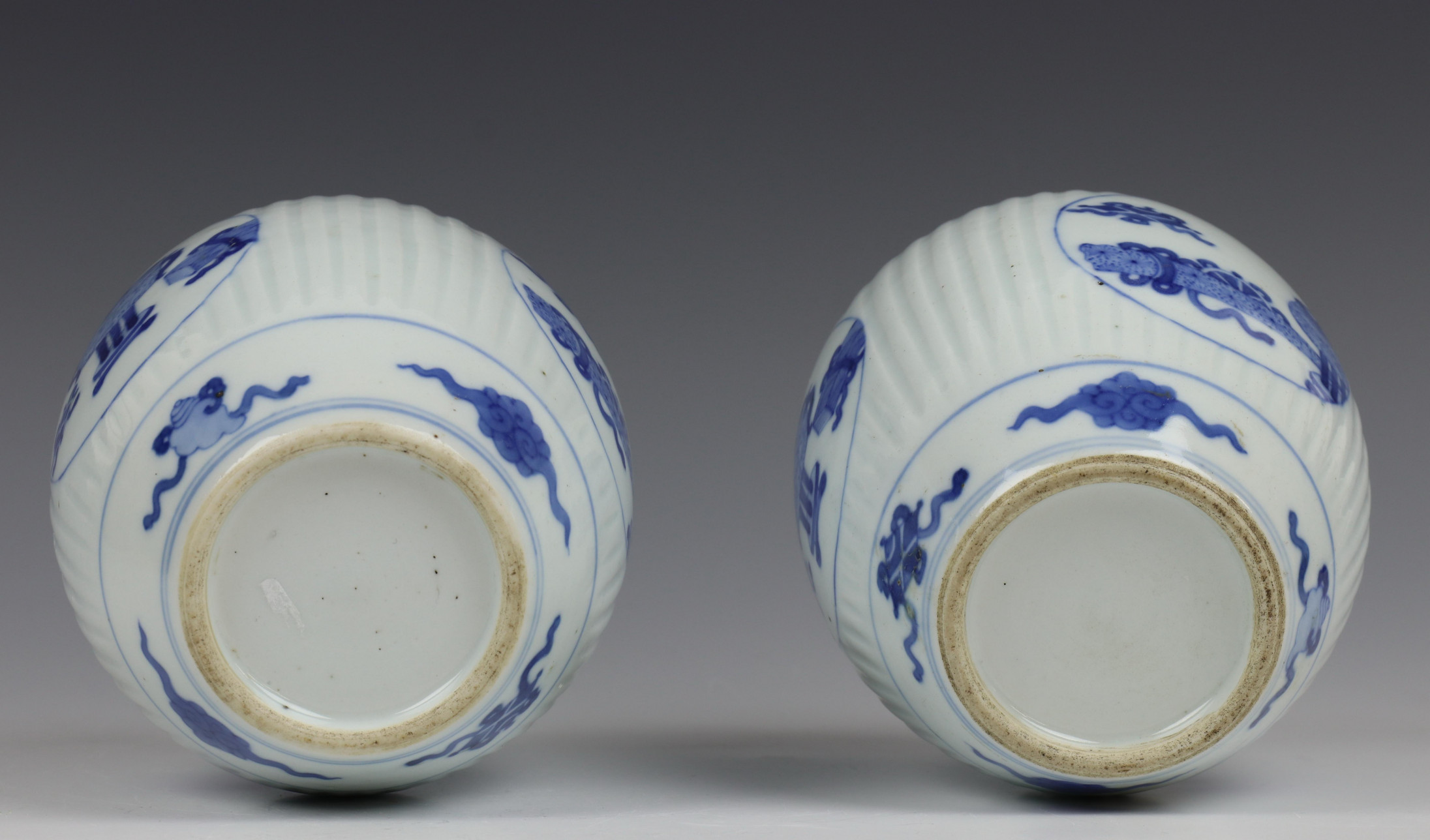 China, paar blauw-wit porseleinen gemberpotten in Kangxi stijl, - Image 5 of 5