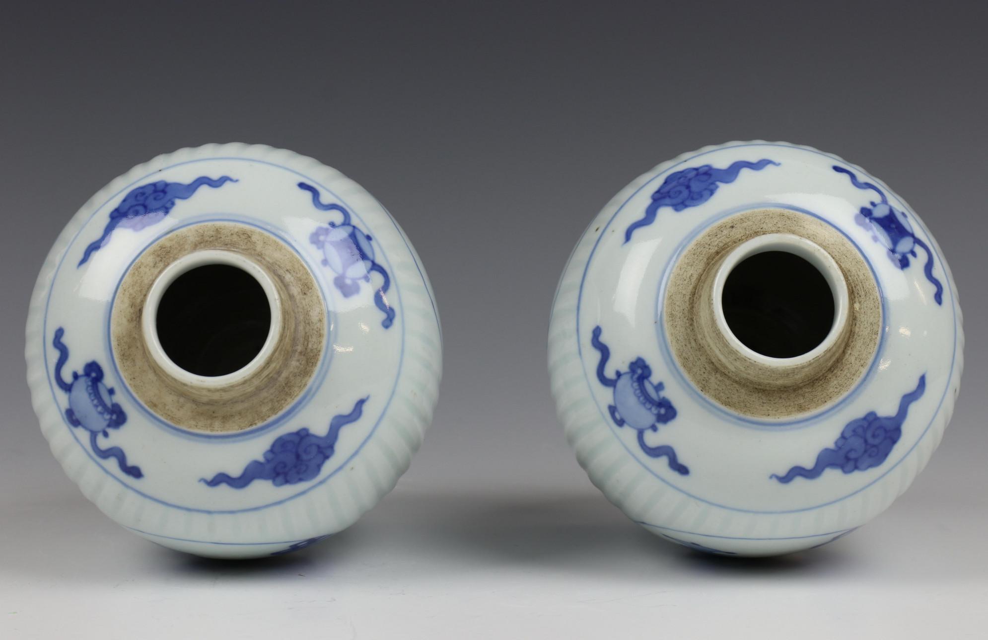 China, paar blauw-wit porseleinen gemberpotten in Kangxi stijl, - Image 4 of 5