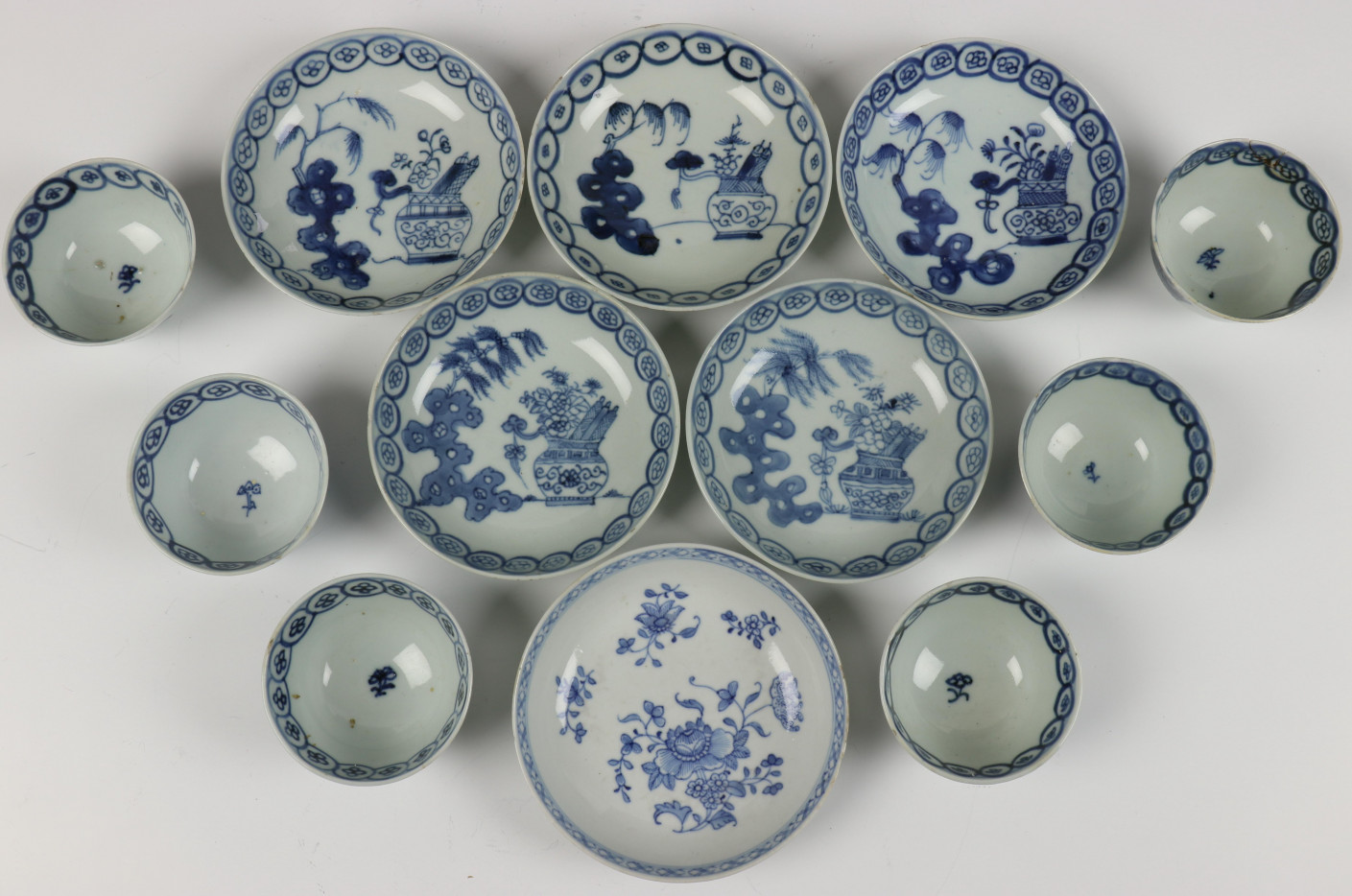 China, serie van zes blauw-wit porseleinen kop en schotels, Qianlong, - Image 2 of 3