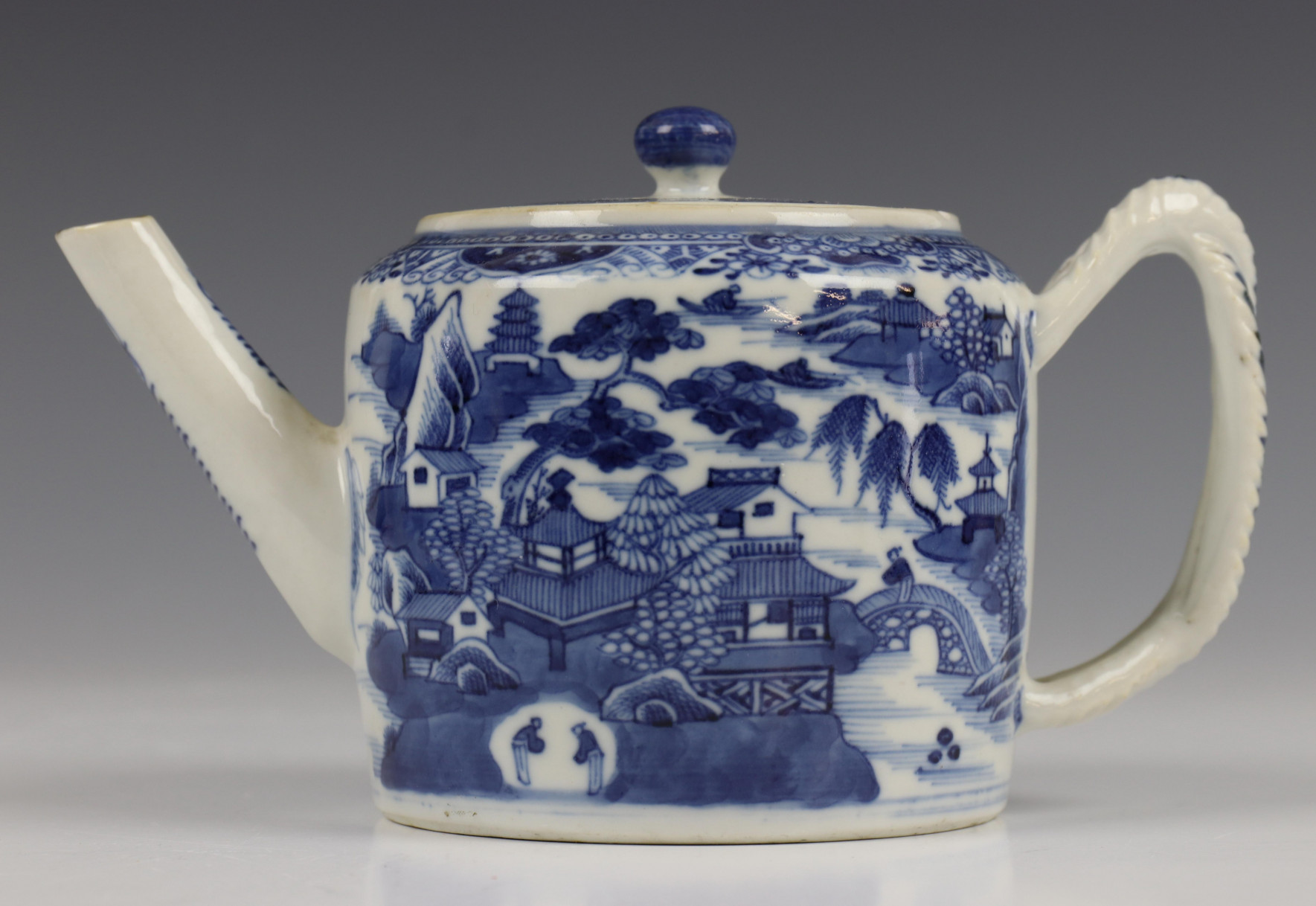 China, blauw-wit porseleinen trekpot, Imari trekpotje en melkkan, 18e eeuw, - Image 7 of 21