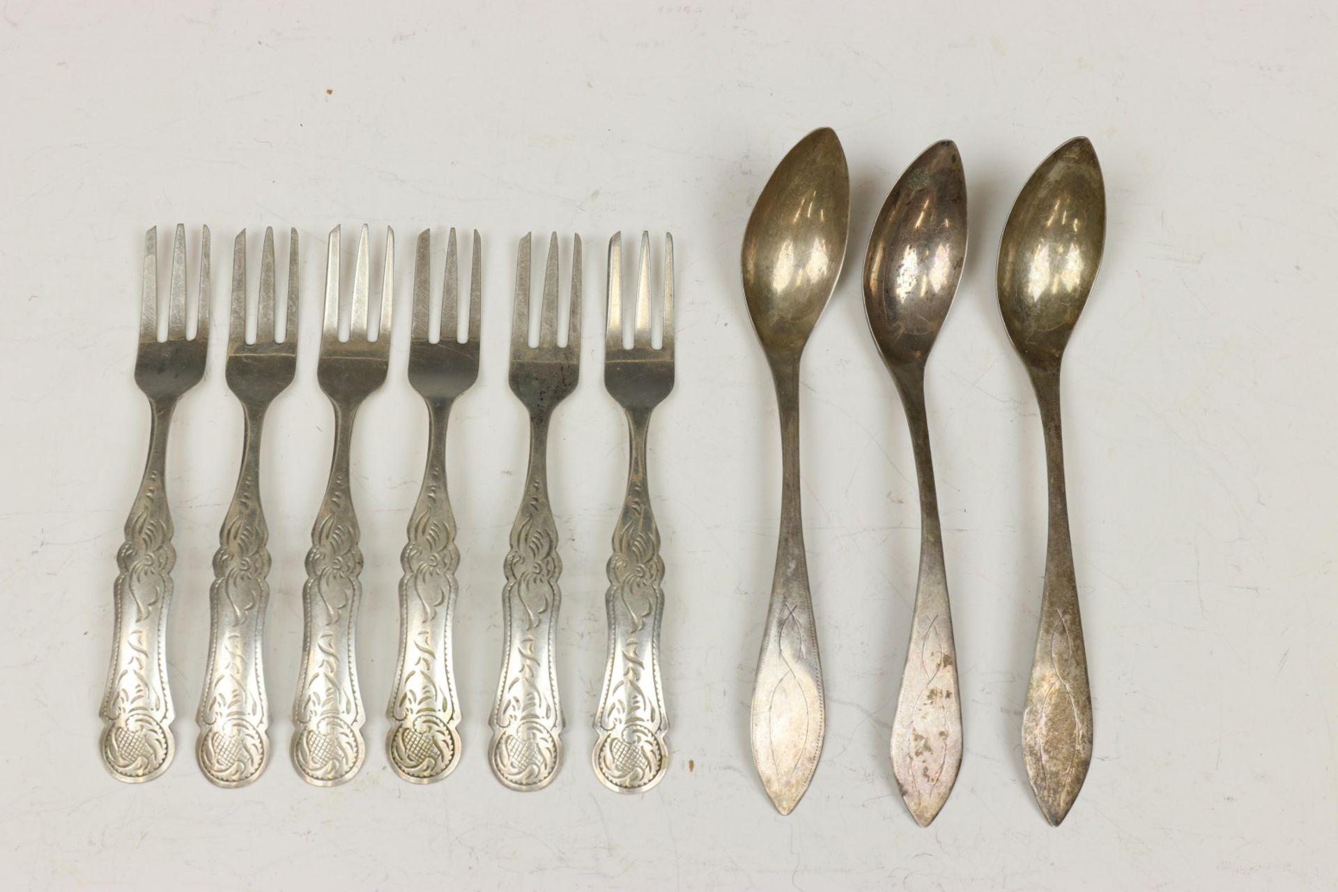 Set van zes taartvorkjes, ajour bonbonmandje, drie Empire koffielepels en divers klein zilverwerk 19
