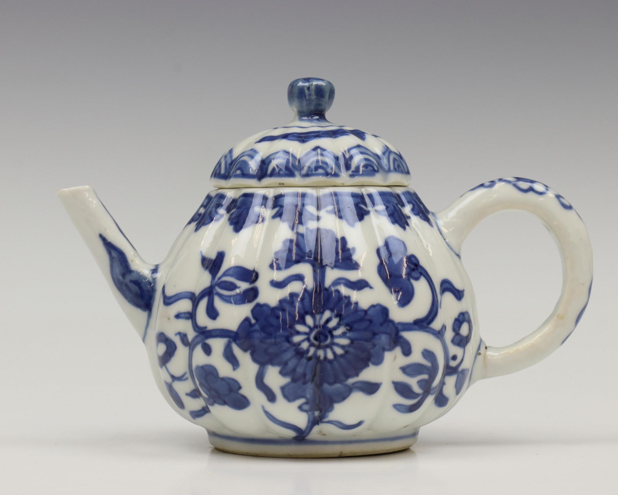 China, blauw-wit porseleinen gelobd trekpotje, Kangxi, - Image 5 of 6