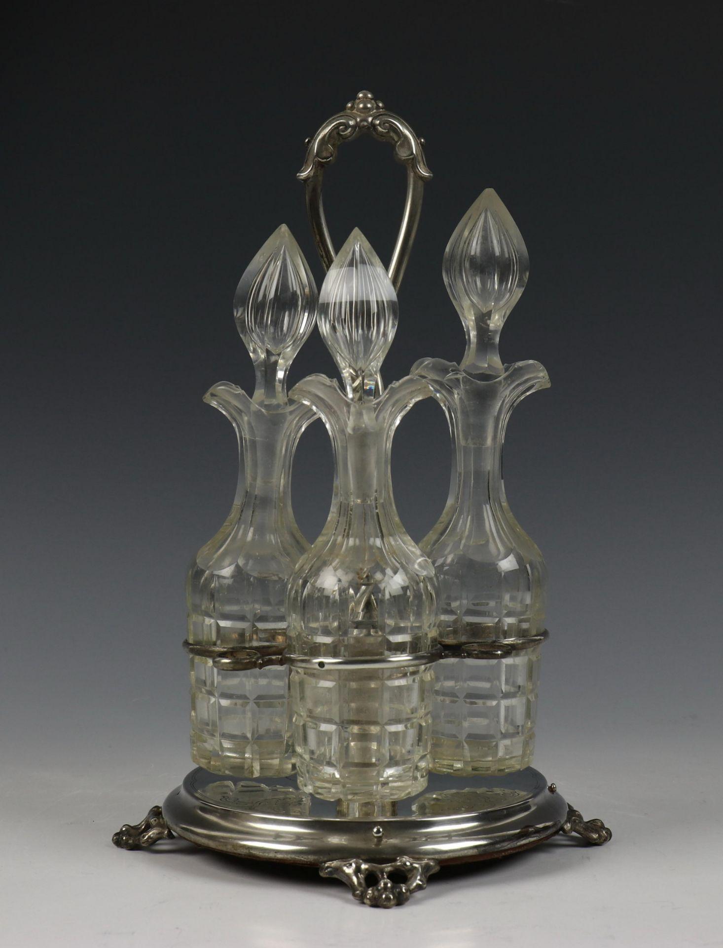 Vierdelige olie- en azijnstel, Biedermeier en matglazen theebus met zilveren montuur Fa. J.M. Van Ke
