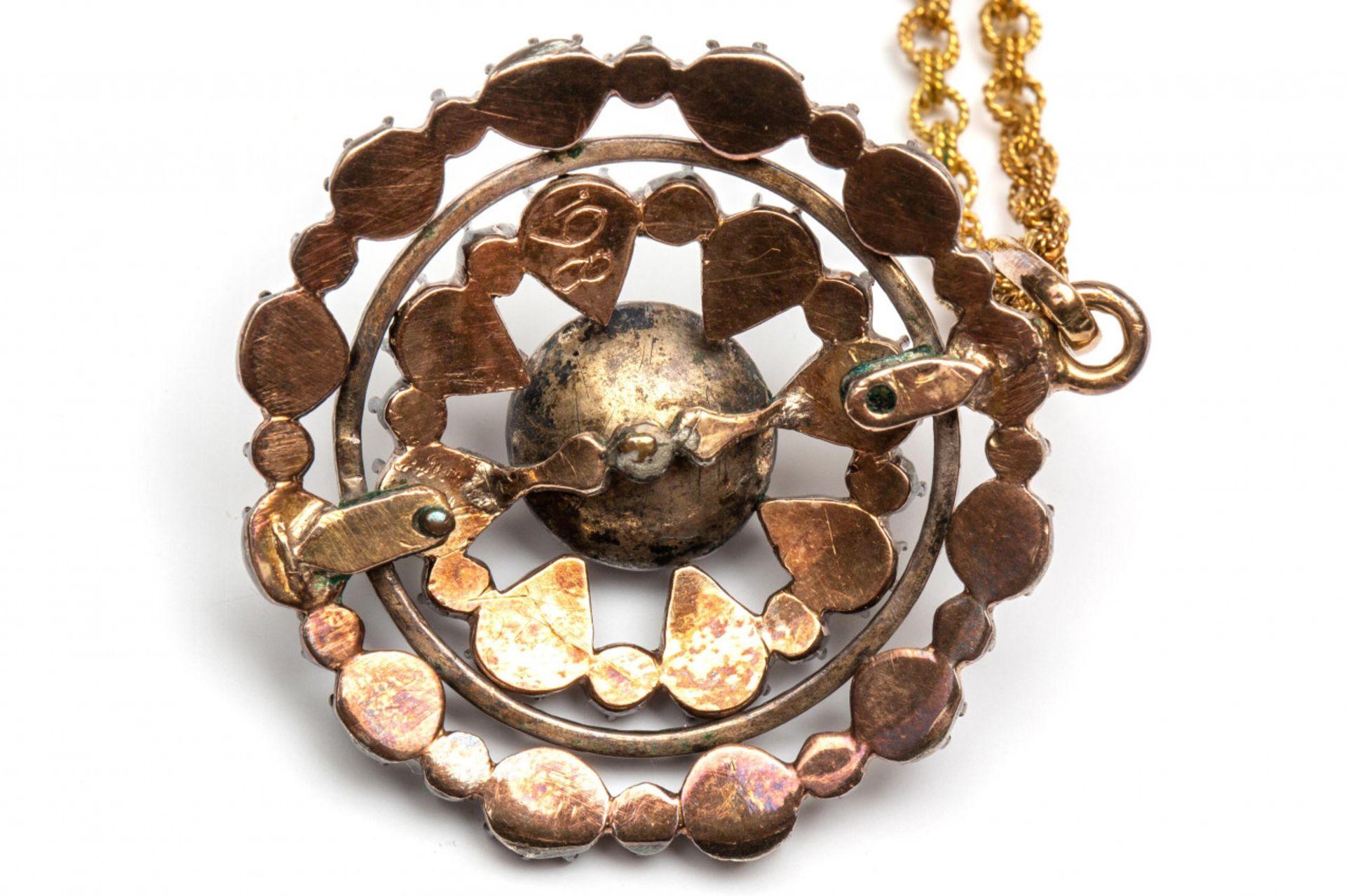 Zilveren ronde hanger aan fijn 14krt. gouden collier, 19e eeuw, - Image 2 of 2