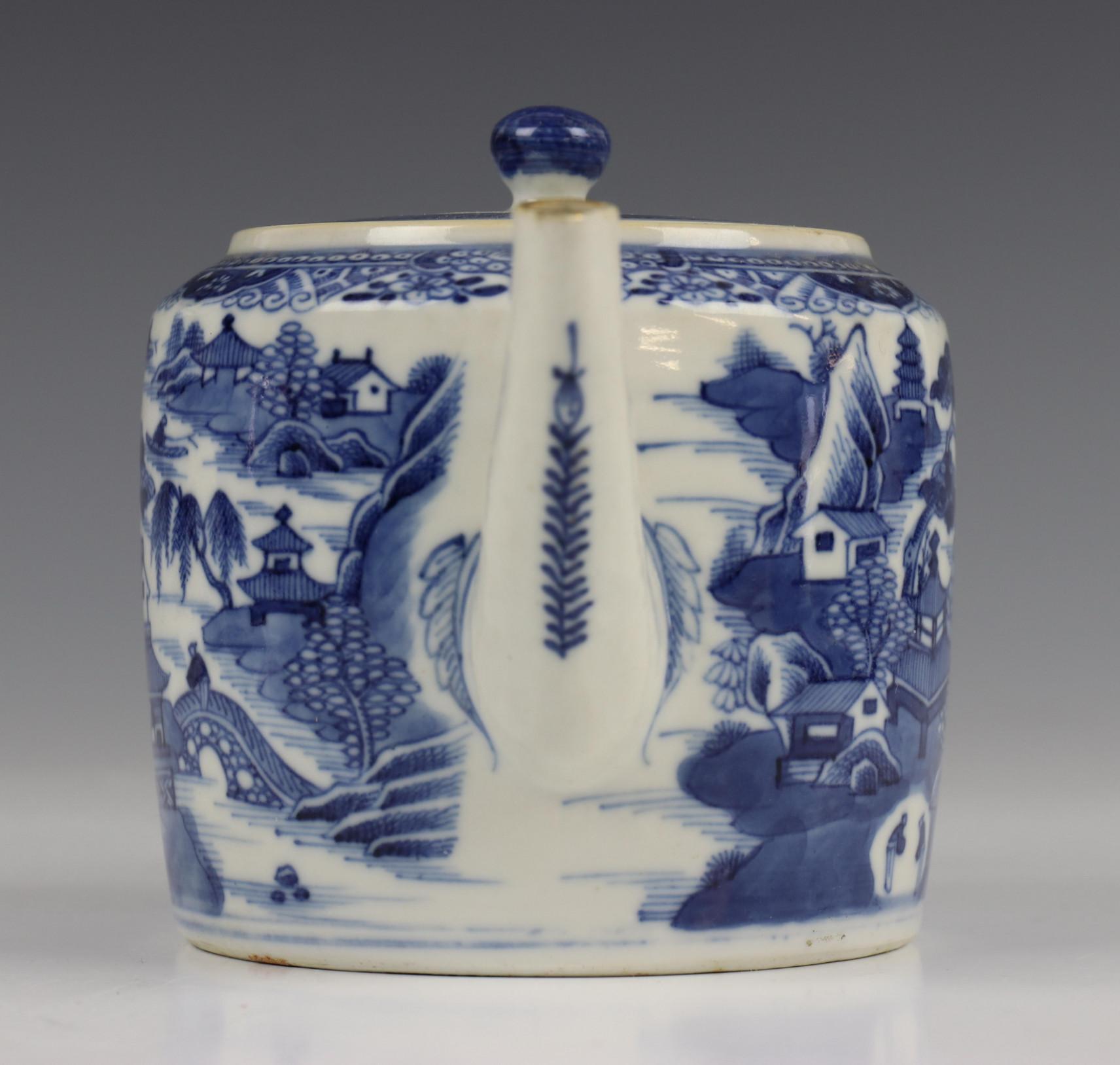 China, blauw-wit porseleinen trekpot, Imari trekpotje en melkkan, 18e eeuw, - Image 3 of 21