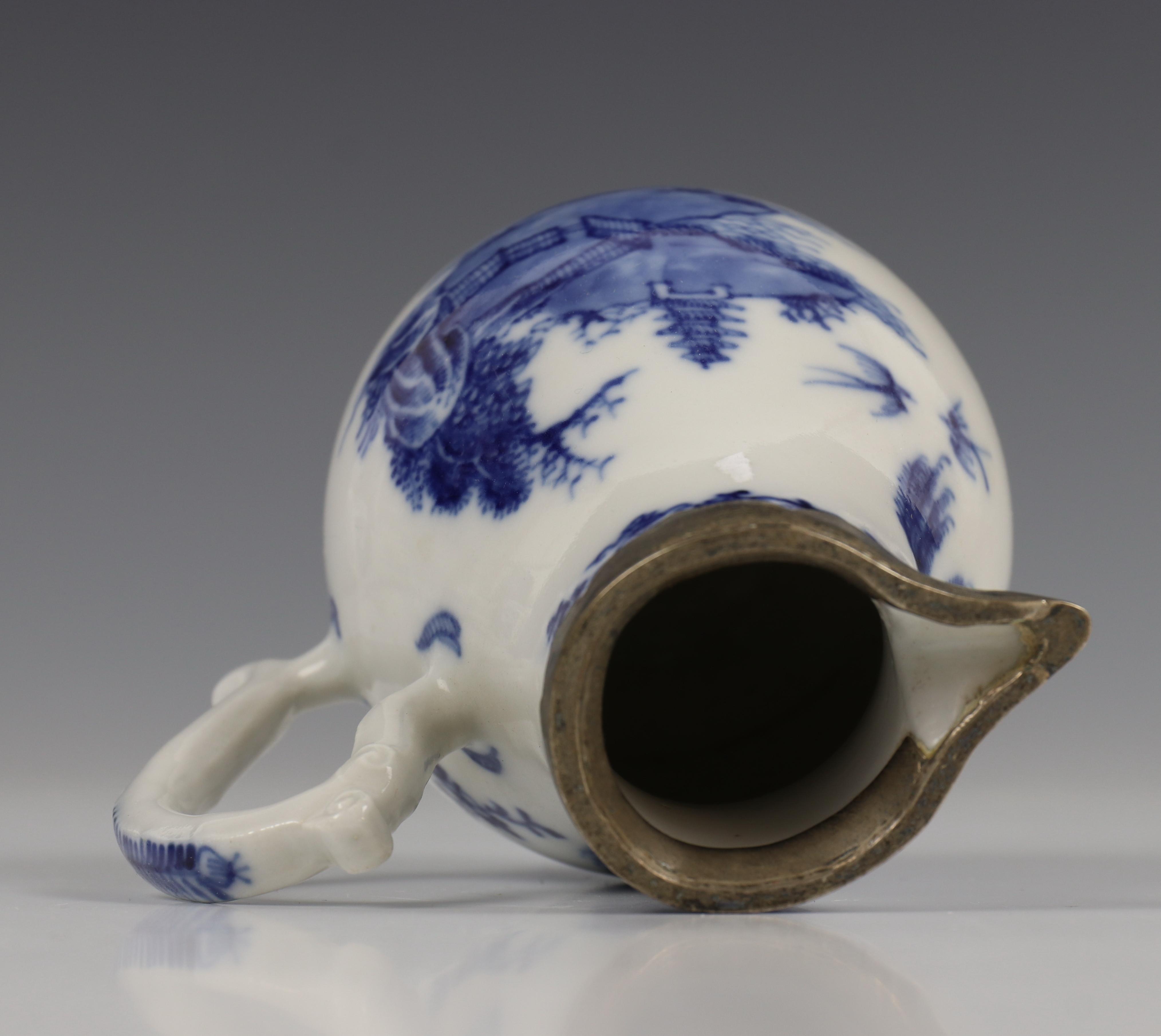 China, blauw-wit porseleinen trekpot, Imari trekpotje en melkkan, 18e eeuw, - Image 5 of 21