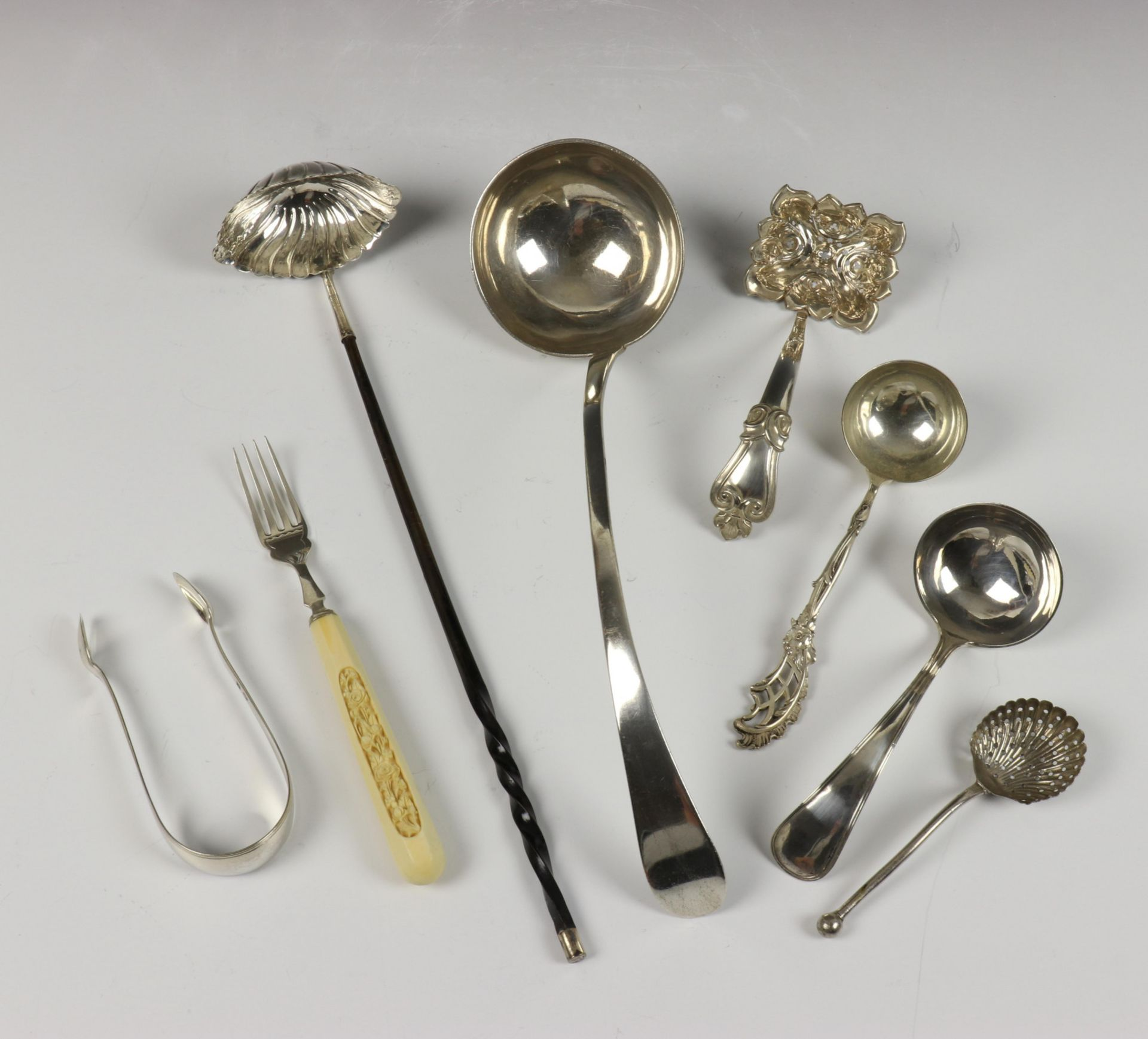 Bowllepel, Amsterdam, soepopdienlepel 1819, suikerstrooier 19e eeuw, en divers klein zilverwerk,