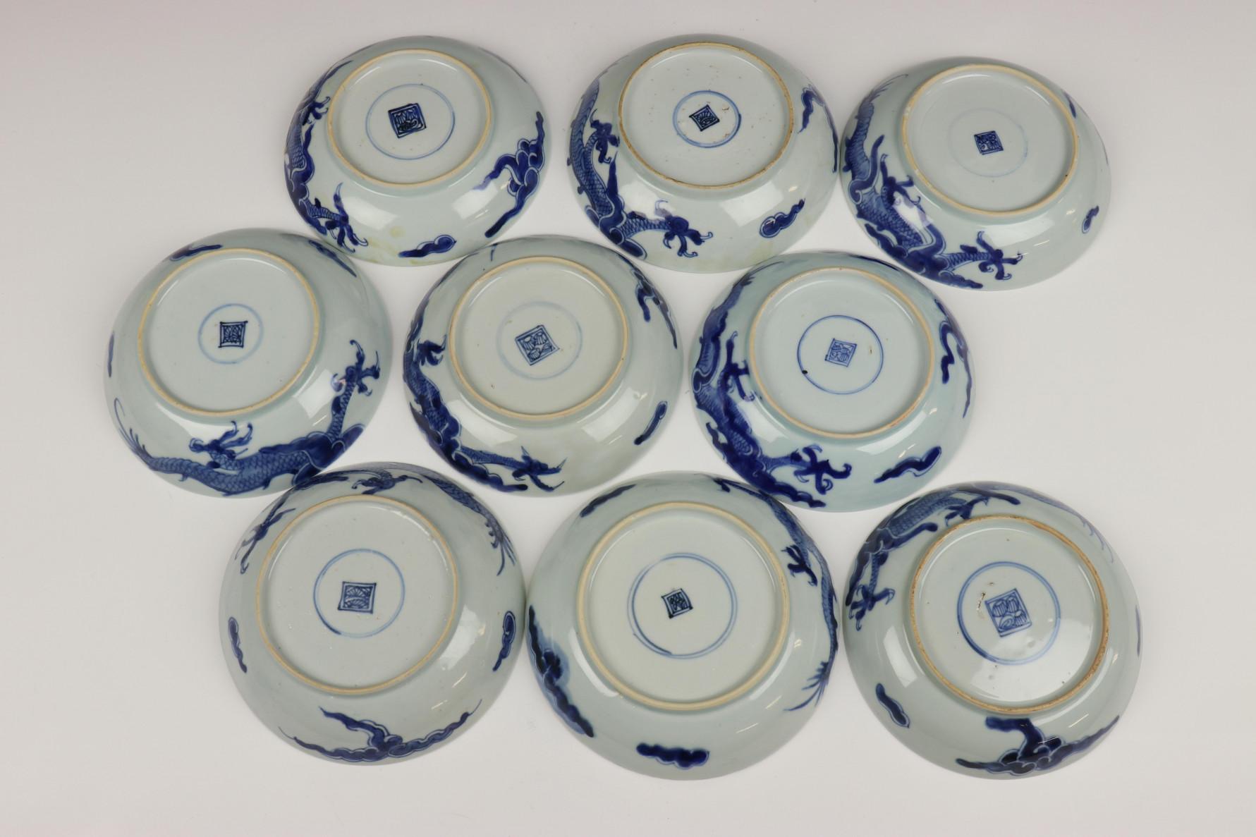 China, serie van negen blauw-wit porseleinen bordjes, Qing dynastie, waarschijnlijk Jiaqing, - Image 2 of 9