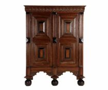 Eiken Neo Renaissance2-deurs kast met paneeldeuren, gezwarte lijstjes en bestoken fries, op 3