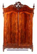 Mahonie 2-deurs linnenkast, mahonie op eiken met rijkgestoken kuif, 237 cm hoog, 157 cm breed, 57 cm