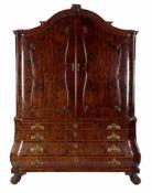 18e eeuws mahoniefineer op eiken Hollands Louis XV kabinet met oplopende kap, steekwerk en