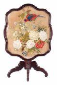 Mahonie 19e eeuwse klaptafel met geborduurd blad met gecontourneerde rand en glasplaat, op kolompoot