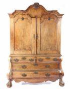 18e eeuws notenfineer op eiken Hollands Louis XVkabinet met gecontourneerde kapregel en bestoken