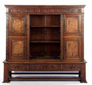 2-delige eiken boekenkast met rozetten in de fries, deuren afgewerkt met leer en koperen ornamenten,