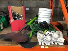 1 LOT TO CONTAIN AN ASSORTMENT OF GARDEN PRODUCTS / INCLUDES SPADES, SOLAR LIGHTS AND PLANTERS