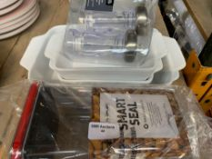 1 LOT TO CONTAIN A MIX OF KITCHEN ITEMS / SMART SEAL CONTAINER / 4 BAKING TRAYS / SALT AND PEPPER