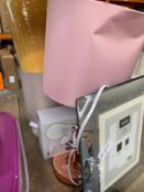 1 LOT TO CONTAIN A MIX OF HOUSEHOLD APPLIANCES / UNTESTED BED SIDE TABLE LAMP / PICTURE FRAME / 2 PA