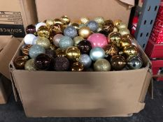 1 X BOX OF LOOSE CHRISTMAS BAUBLES (IMAGES ARE FOR ILLUSTRATION PURPOSES ONLY - WE DO NOT TEST