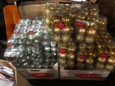 1 X LARGE ASSORTMENT OF SILVER AND GOLD CHRISTMAS BAUBLES / LIKE NEW (IMAGES ARE FOR ILLUSTRATION