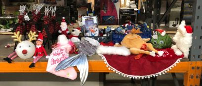 1 X LARGE ASSORTMENT OF CHRISTMAS GOODS / INCLUDING TABLE RIENDEERS, STOCKINGS, SOFT TOYS AND MORE