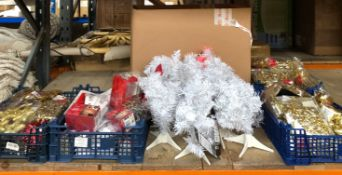 1 X LARGE ASSORMENT OF CHRISTMAS PRODUCTS / INCLUDING CHRISTMAS GARLANDS, LIGHTS, SMALL TREES AND