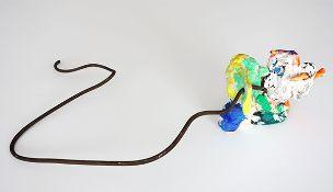 Adamski, Hans Peter Ton gebrannt, farbig bemalt, Eisendraht, 29 x 65 x 14 cm Ohne Titel (1980) Auf