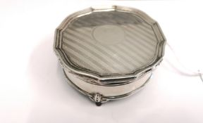 A Synyer & Charles Joseph Beddoes of Birmingham silver trinket box dated 1924. Having an engine