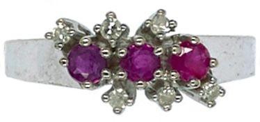 Ringe mit Steinbesatz Damenfingerring. 585er WG, gestempelt. 1960er Jahre. Besatz aus drei roten