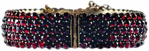 Armbänder Dekorativer Granatarmreif mit Sicherheitskettchen. Schließe defekt. Mehrfach rep.,