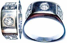 Ringe Repräsentativer Damenfingerring mit unten eckiger Ringschiene. 20. Jh. 585er WG, gestempelt.
