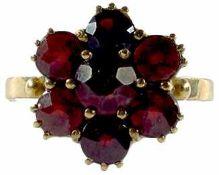 Ringe Damengranatfingerring mit Besatz in Form einer abstrahierten Blüte. Mitte 20. Jh. 333er GG,