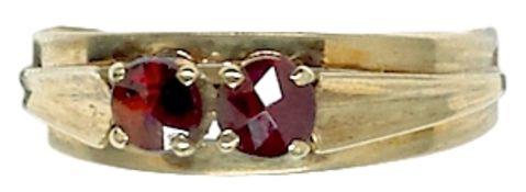 Ringe mit Steinbesatz Damenfingerring mit Besatz aus zwei facettierten Granaten. 333er GG,