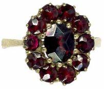 Ringe Damenfingerring mit Granatbesatz. Mitte 20. Jh. 333er GG, gestempelt. Ringgröße: