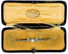 Broschen Repräsentative Bicolor-Brosche mit einem Besatz aus einer zentralen Blisterperle mit