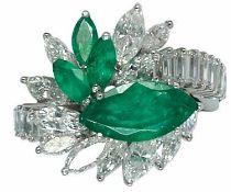 Ringe Hochwertiger und extravaganter Damencocktailring mit Diamant- und Smaragdbesatz. 950er Platin,