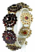 Armbänder Repräsentatives Granatarmband bestehend aus acht floral anmutenden Elementen. Vergoldet,