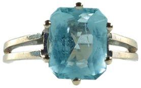 Ringe mit Steinbesatz Damenfingerring mit Besatz aus einem hellen Aquamarin von ca. 1,0 x 0,8 cm